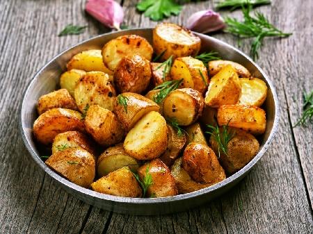 Печени пресни картофи соте с масло, червен пипер, копър и чесън на фурна в йенска тенджера / стъкло / съд - снимка на рецептата